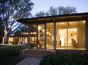 fachada con amplios ventanales de cristal Residencia Lutz