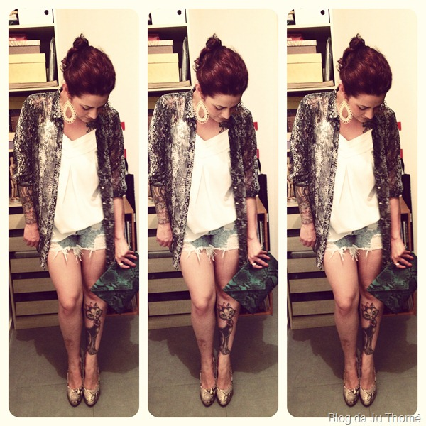 Look camisa estampada, shorts jeans destroyed, carteira e pump de snake print (1)