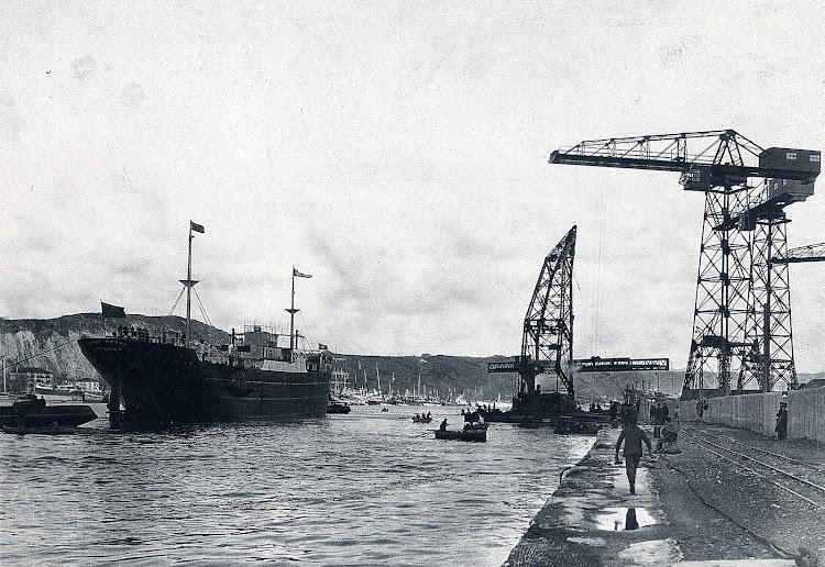 El CABO ROCHE II a poco de ser botado en la SECN. Año 1.922. Foto del libro LA NAVIERA YBARRA.JPG