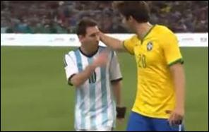 Messi ofuscado por la derrota no saluda como debe ser a Kaká