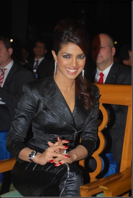 215c749eacf4627d01741aeb67729562-priyanka_chopra_black_dress_1024