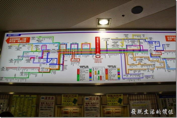 日本北九州-佐世保2博多。候車室的看板有密密麻麻的車站及行車資訊,看得我眼花撩亂的。