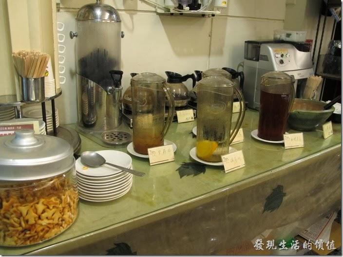 台南-碧蘿春炭索餐坊。「碧蘿春炭索餐坊」的自助式飲料吧!有養生熱飲,也有養生冷飲,更有咖啡,讓客人自由取用。