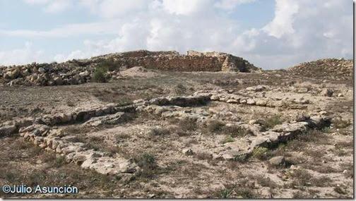 Cabezo Pequeño del Estaño - Viviendas y al fondo la muralla - Guardamar del Segura