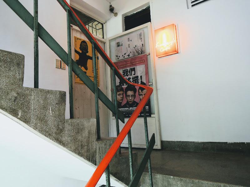 走上樓梯就看到 homey's Café 了.jpg
