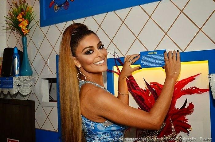 http://www.ofuxico.com.br/fotos-de-famosos/juliana-paes-chega-ao-camarote-boa-para-brilhar-como-musa-veja-as-fotos/2015/02/15-8419.html