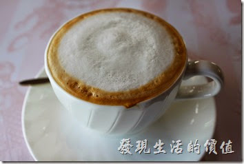 台南-瑪莉洋房(Marie's House)。熱拿鐵,牛奶的味道很香濃,就像是現擠的鮮奶一樣濃郁,反倒是咖啡有點不太夠味,不過喝起來很順口,對那些還喝不罐黑咖啡的朋友應該很適合。