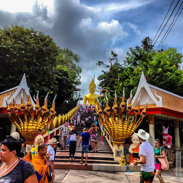 4. 2555. Таиланд. Патайя. Храм Будды. Thailand. Pattaya. Buddha temple. Дорога к храму охраняемая традиционными семиголовыми змеями Нагами.