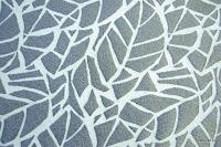 Tkanina obiciowa z efektem metalicznym. Motyw roślinny - liście. Srebrna.