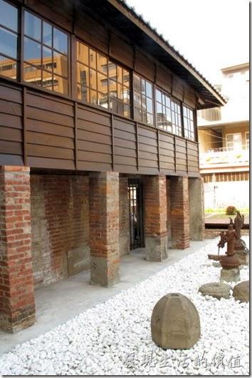 鶯料理的僅存建築前還有兩台手動的水幫浦。