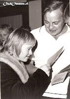 Rita Tijhof ontvangt apetrots het diploma  van badmeester Gringhuis