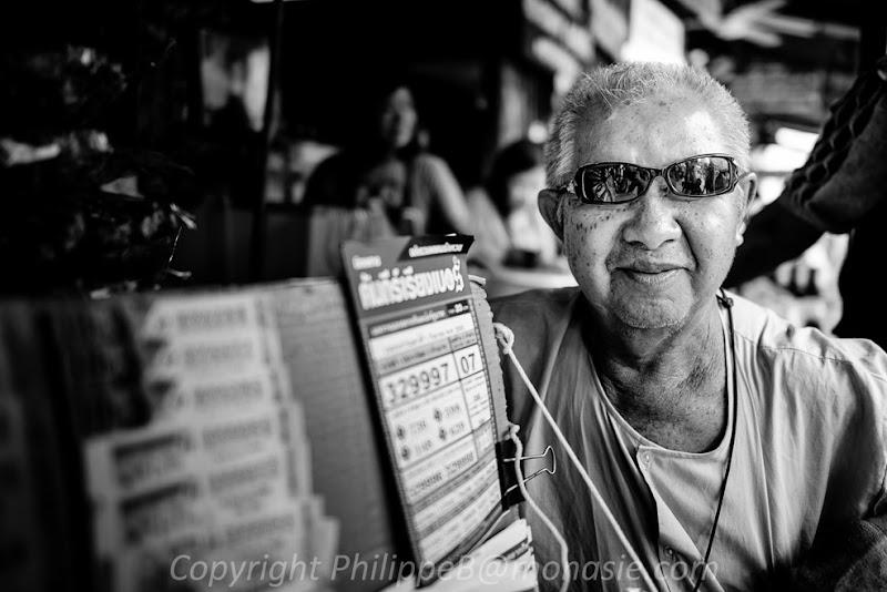 le vendeur de loterie. En Thaïlande, c'est un emploie qui est réservé aux personnes handicapés.