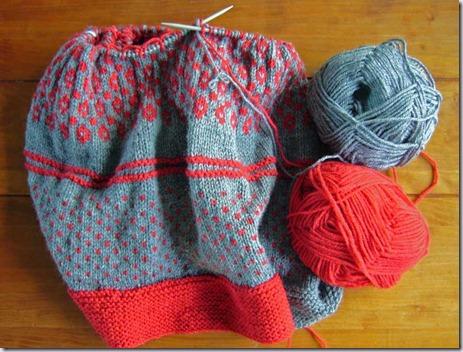 gebreide-deken-rood-grijs-1