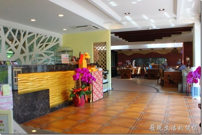 台南新營-華味香鴨肉羹。新營華味香旗艦店的櫃台,餐廳內佈置得算是很好了,不過客人真的不多。