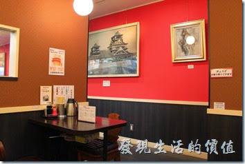 日本九州在地的好味道【熊本拉麵 こむらさき本店】。「熊本拉麵こむらさき本店」店內的環境。