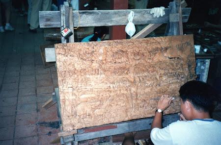 Arta Thailanda: sculptor in lemn