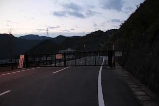 天端への通路を塞ぐゲート