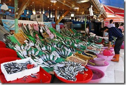 Nombreux étals de poissonniers avec anchois, sardines, dorades, bars,...