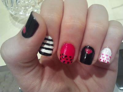 unhas decoradas em preto e rosa