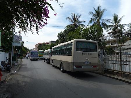 Khmerii rosii Phnom Penh: autocare parcate langa gardul muzeului