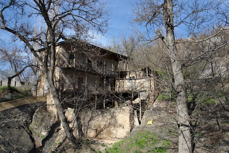 Satul Kang si una din casele traditionale.