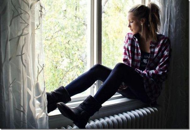Lindas imagens de garotas olhando para fora da janela (11)
