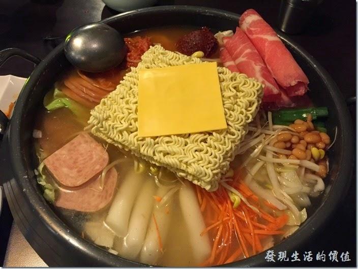 台北-紅通通韓國平價料理。第二份鍋物【部隊鍋】,NT599+10%服務費。裡頭的食材好豐富啊,有火腿、年糕、蔬菜、金針菇、紅蘿蔔、豆芽菜,青蔥,還有一塊韓國Q麵,上面還有一片起士,真不懂韓國人為何吃火鍋要加起士?實際吃的時候也吃不太出來有起士的味道啊!有知道的朋友可以教教我。