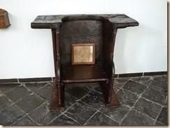 Kerniel, klooster van Colen: de stoel van Sint-Lutgardis. Vrouwen die een kind willen gingen in deze stoel zitten. Naar het schijnt werkte het.
