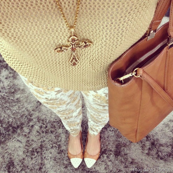 look tricô dourado, calça floral, sapatilhas e colar (1)