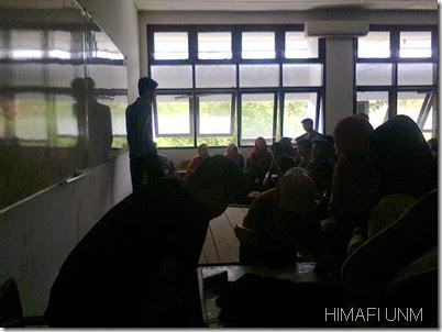 rapat di arahkan oleh ketua HIMAFI FMIPA UNM