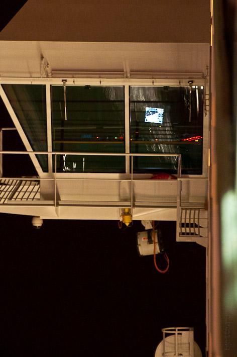 Третий день. Casablanca. Morocco. Круиз. Costa Concordia. Виден швартовочный компьютер, ну или причальный, таких два на мостике и лоцман со штурманом занимают тот борт, которым швартуются, или отходят.