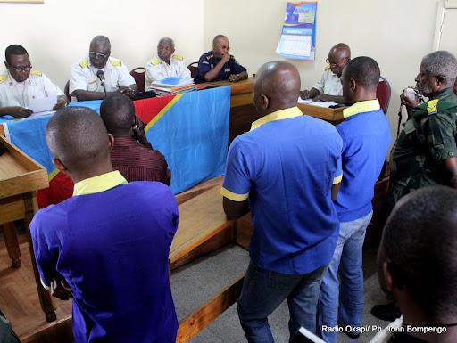 En avant plan, Firmin Yangambi, 3e de gauche à droite, avec ses trois co-accusés, devant la haute cour militaire à Kinshasa, avant le verdict Radio Okapi Ph John Bompengo