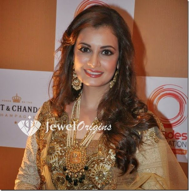 Dia_Mirza_Pearl_Necklace