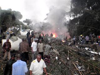 – Des secouristes à la recherche des survivants après le crash du Boeing 727 de Hewa Bora, à Kisangani (Province-Orientale, RDC), ce 08/07/2011. Radio Okapi