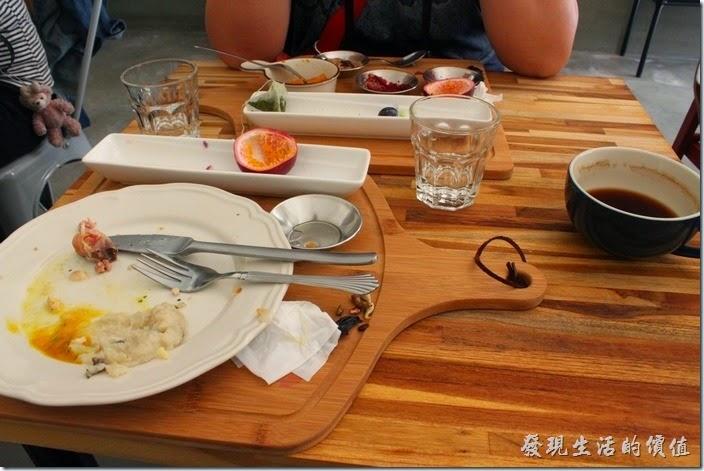 台南-晚起餐館(get late)。吃完早午餐後杯盤狼藉的樣子,桌子其實有點小,上癮料的時候服務生應該要順便把桌子整理乾淨才是。