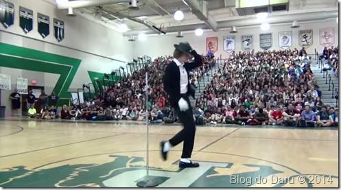 Garoto levanta a plateia ao dançar como Michael Jackson  em uma competição de talentos