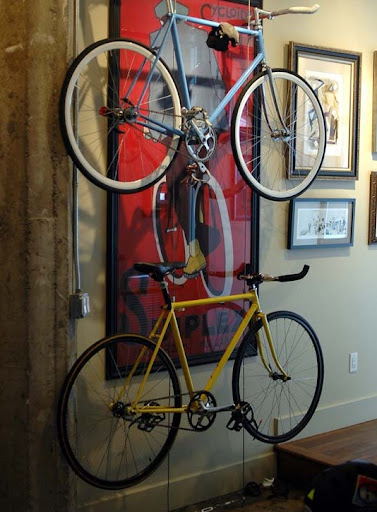 This wire rack gives the bikes a floating effect. (apartmenttherapy.com)
