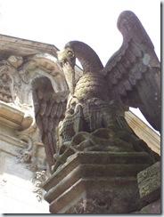 2006.06.18-007 pélican du porche de l'abbaye