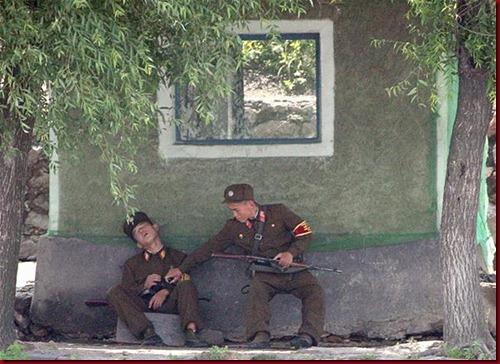 Tentara Korea Utara mengganggu temannya yang tertidur