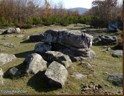 Mesa de piedra cerca del menhir de Berraburu