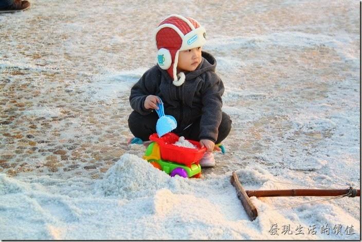 台南-2013井仔腳瓦盤送夕陽。好可愛的小朋友。