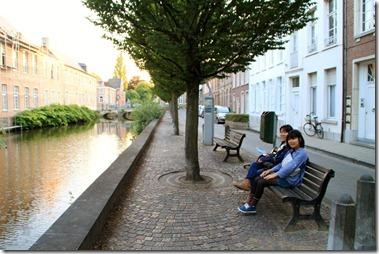 河畔のベンチで