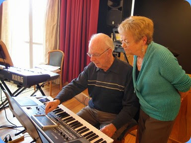 Peter Brophy setting-up his Korg Pa900 with Diane Lyons taking a keen interest as she has recently purchased one of these instruments. Photo courtesy of Dennis Lyons