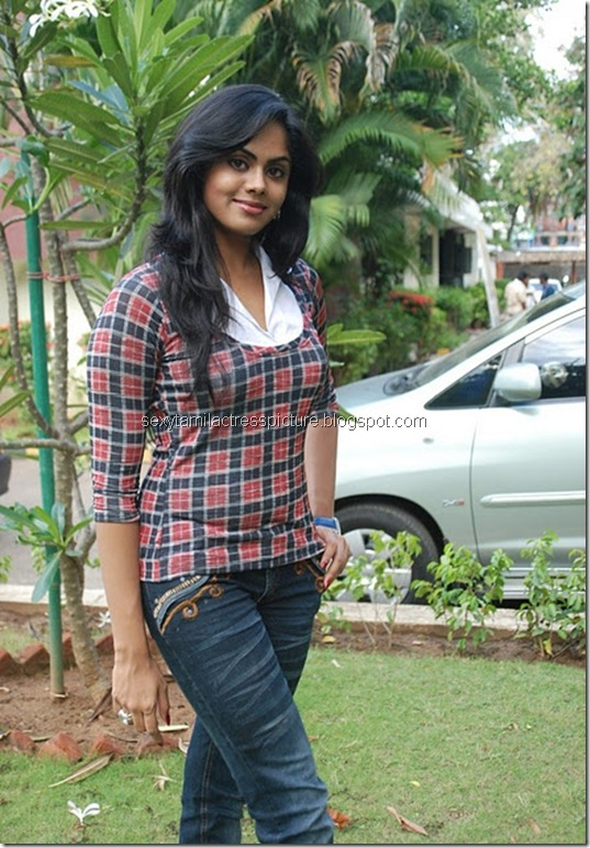 actress_karthika_nair_tight_jeans_&_tops_04