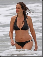 julia-roberts-black-bikini-hawaii-01-675x900