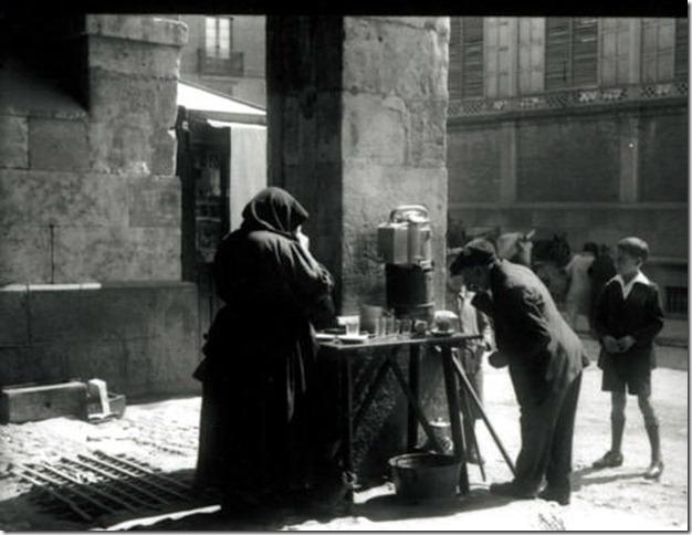 Tomando caf en los soportales de San Antonio-Cndido Asende-