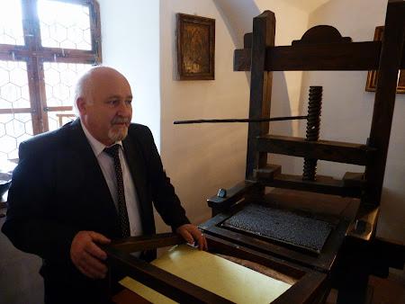 7. Profesor Olteanu la tipografia romaneasca.JPG