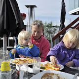 Mormor hjælper pigerne med at spise mad ved Fåborg havn