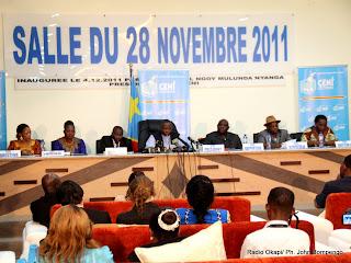 – En arrière plan, des membres du bureau de la Ceni le 6/12/2011 à Kinshasa, lors de la publication des résultats partiels de la présidentielle de 2011 en RDC. Radio Okapi/ Ph. John Bompengo
