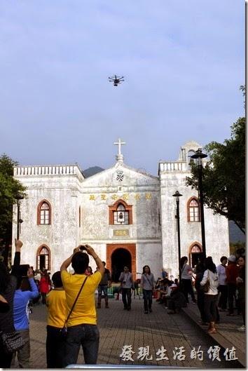 屏東-萬金教堂。拜訪當天天空上不時有攝影直昇機徘徊,這直昇機反而還成了遊客們拍照的重點。